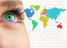 Olho colorido ao lado do mapa colorido com fundo da parede Foto de Stock Royalty Free