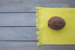 Olho creativo Coco no lenço amarelo, fundo preto e branco Imagens de Stock