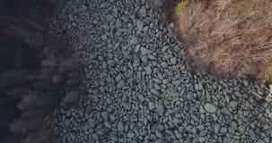 Olho de ascensão do pássaro disparado sobre o rio da pedra da montanha filme