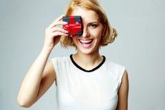 Olho de fechamento da mulher com caixa de presente da joia Imagens de Stock Royalty Free