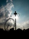 Olho de Londres com atração do carnaval foto de stock royalty free