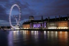 Olho de Londres e condado salão em Noite Fotografia de Stock Royalty Free