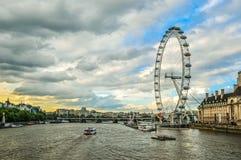 Olho de Londres e rio Tamisa no por do sol Imagens de Stock