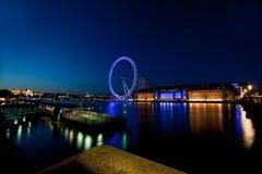 Olho de Londres na distância através do rio foto de stock royalty free
