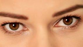 Olho de uma mulher bonita. video estoque