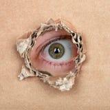Olho do espião no furo imagem de stock