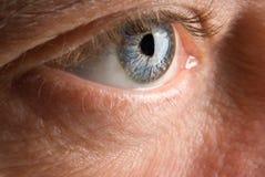 Olho do homem idoso extensamente aberto Fotos de Stock Royalty Free