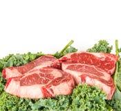 Olho do reforço de carne nas folhas da salada Fotografia de Stock