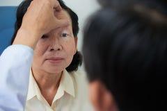 Olhos anônimos dos testes do doutor da mulher fotos de stock royalty free