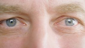 Olhos ascendentes próximos e para enfrentar o homem adulto Câmera dianteira de vista e wining do homem superior vídeos de arquivo