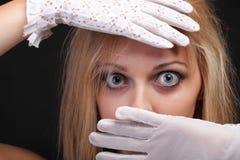 Olhos azuis bonitos da mulher do retrato nas luvas brancas Fotografia de Stock