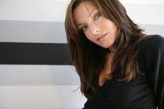 Olhos azuis bonitos mulher, vestido no preto imagens de stock