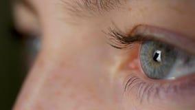 Olhos azuis isolados da mulher bonita nova no estúdio preto filme