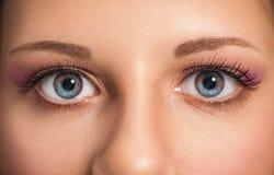 Olhos bonitos da mulher, fim acima imagens de stock royalty free