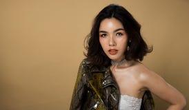 Olhos bronzeados do cabelo preto da pele da mulher asiática da forma imagem de stock royalty free