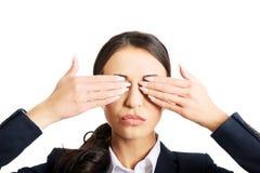 Olhos da coberta da mulher de negócios com mãos Imagens de Stock Royalty Free