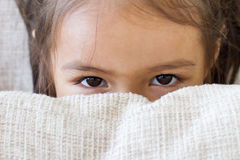 Olhos da criança feliz que jogam, escondendo Imagem de Stock