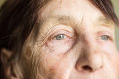 Olhos da foto com mudanças relativas à idade close-up do retrato de um pensionista envelhecido 77 fotos de stock royalty free