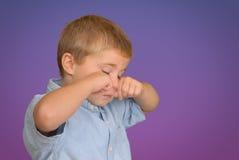 Olhos da fricção da criança foto de stock royalty free