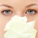 Olhos da mulher do close up com flor cor-de-rosa Fotografia de Stock Royalty Free
