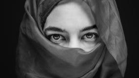 Olhos da mulher envolvidos no mistério Fotografia de Stock Royalty Free