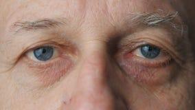 Olhos do close-up de um ancião vídeos de arquivo