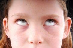 Olhos do rolamento da rapariga fotos de stock