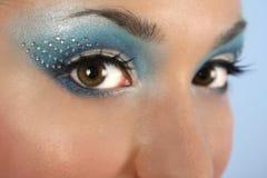 Olhos fêmeas com composição azul Fotos de Stock Royalty Free