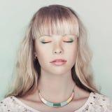 Olhos fechados da mulher loura sensual Fotografia de Stock Royalty Free