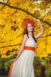 Olhos modelo vestidos tradicionais de Posing With Closed imagens de stock