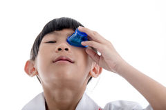 Olhos nivelados dos primeiros socorros com lavagem da medicina Fotos de Stock