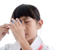 Olhos nivelados dos primeiros socorros com lavagem da medicina Foto de Stock