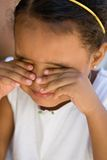 Olhos pequenos da fricção da criança da menina Imagem de Stock