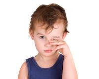 Olhos tired de uma fricção do rapaz pequeno Fotografia de Stock