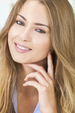 Olhos verdes de sorriso da mulher loura bonita Fotos de Stock Royalty Free