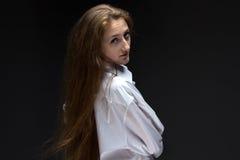 Olhou para trás a mulher com cabelo longo Foto de Stock Royalty Free