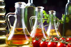 Oli d'oliva in bottiglie, tema rurale Mediterraneo fotografia stock