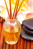 Oli della stazione termale, pietre di massaggio e loto Fotografie Stock
