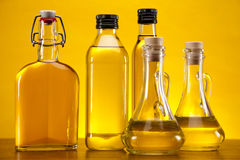 Oli di oliva su priorità bassa gialla Immagine Stock