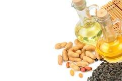 Oli vegetali delle arachidi, del seme di girasole ed isolati sulle sedere bianche Fotografie Stock