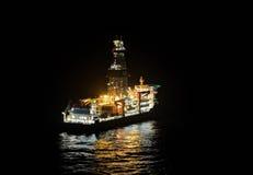 Olie boorschip op het overzees stock foto's