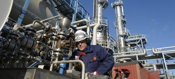 Olie, brandstof, raffinaderij en ingenieur stock foto's