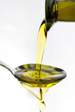 Olie die op een lepel worden gegoten Stock Afbeelding