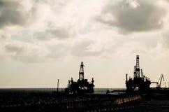 Olie die Rig Silhouette boren Royalty-vrije Stock Afbeeldingen