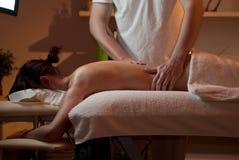 Olie die wordt gegoten om een vrouw te masseren Stock Afbeeldingen