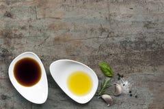 Olie en Azijnvoedselachtergrond Stock Foto's