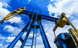 Olie en benzinepomp het werken Royalty-vrije Stock Foto