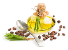 Olie en cederpijnboomnoten Stock Foto