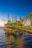 Olie en gas het productieplatform aan scheidt oliegas en gecondenseerd en verzonden naar raffinaderij, Tanker stock foto