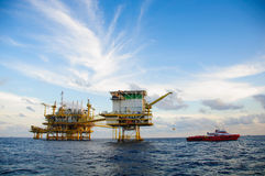 Olie en gasplatform in de golf of het overzees, Zeeolie en installatiebouw, Energiezaken Stock Afbeeldingen